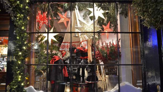 Great Window Decoration Stores Before Hristmas